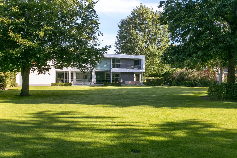 Op een rustige en residentiële ligging te Kessel (Nijlen) op een boogscheut van Lier vinden we deze recente woning (2009) van de hand van de gekende architect Reginald Schellen. afbeelding 2