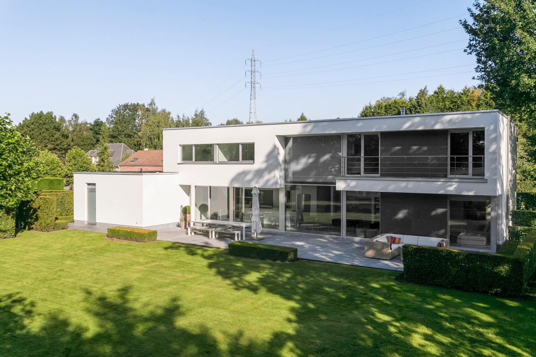 Op een rustige en residentiële ligging te Kessel (Nijlen) op een boogscheut van Lier vinden we deze recente woning (2009) van de hand van de gekende architect Reginald Schellen. afbeelding 41