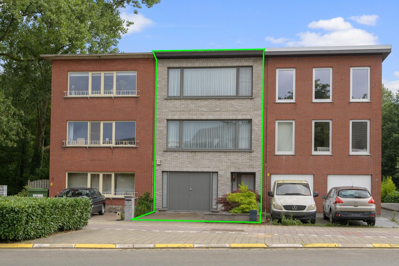 Verzorgde bel-étage woning met drie slaapkamers en zonnige tuin te Wijnegem. afbeelding 1