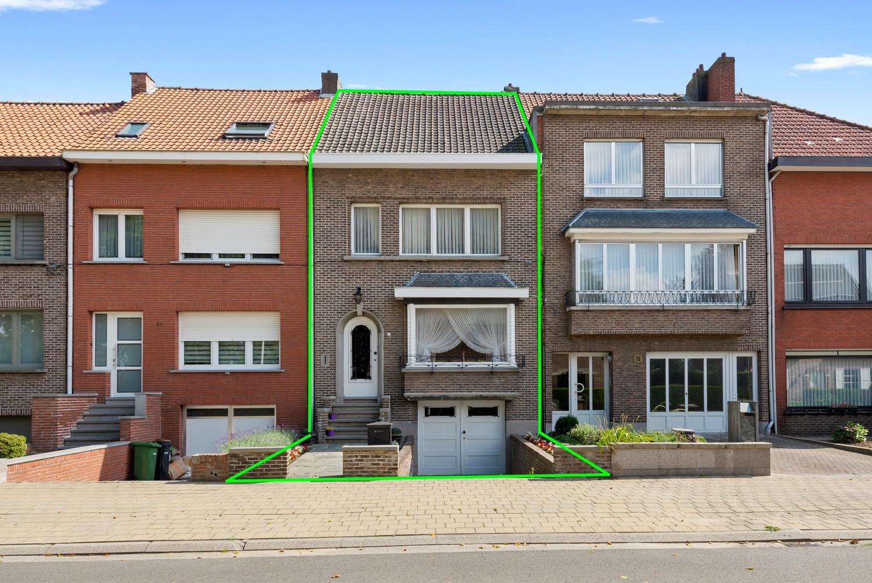 Te renoveren eengezinswoning met drie slaapkamers, inpandige garage, zolder en mooie tuin te Wijnegem! afbeelding 1