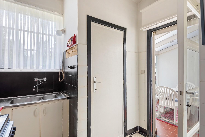 Te renoveren eengezinswoning met drie slaapkamers, inpandige garage, zolder en mooie tuin te Wijnegem! afbeelding 10