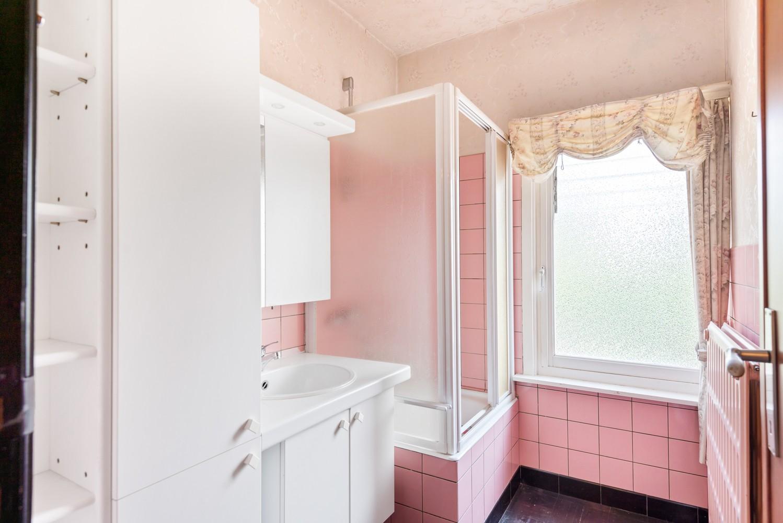 Te renoveren eengezinswoning met drie slaapkamers, inpandige garage, zolder en mooie tuin te Wijnegem! afbeelding 16