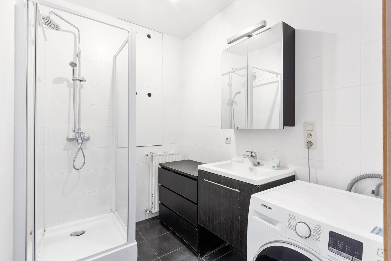 Op te frissen appartement met twee slaapkamers en terras te Schoten. afbeelding 9