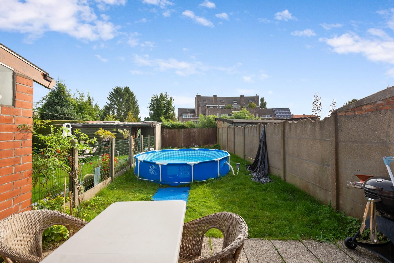 Rustig gelegen, op te frissen eengezinswoning met twee slaapkamers en leuke tuin te Wijnegem. afbeelding 2