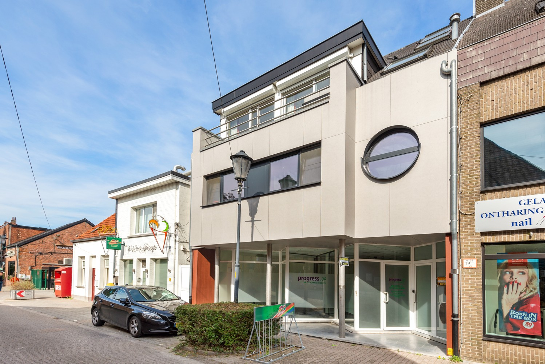 Gunstig gelegen & ruime handelsgelijkvloers met parkeerplaats in hartje Wommelgem! afbeelding 1