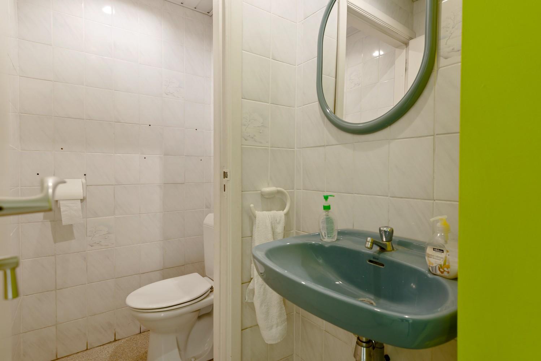 Commerciële - of praktijkruimte/te renoveren gelijkvloers appartement (93 m²) op een zeer centrale locatie te Wijnegem! afbeelding 12