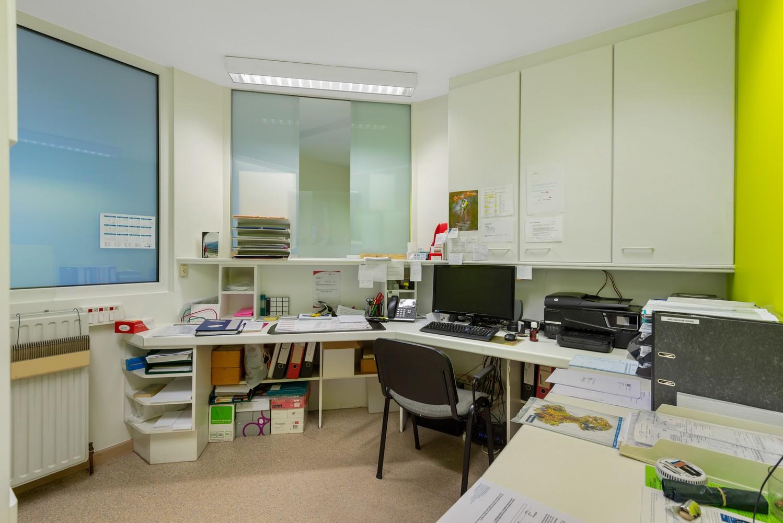 Commerciële - of praktijkruimte/te renoveren gelijkvloers appartement (93 m²) op een zeer centrale locatie te Wijnegem! afbeelding 8