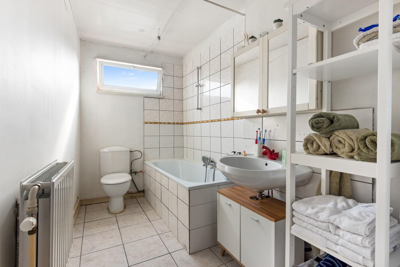 Rustig gelegen, op te frissen eengezinswoning met twee slaapkamers en leuke tuin te Wijnegem. afbeelding 13